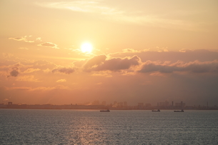 東京湾夕日の写真素材 [FYI04582380]