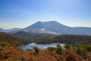 秋のえびの高原 白紫池と韓国岳 宮崎県えびの市の写真素材 [FYI04582477]