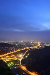 東名高速道路と静岡の夜景の写真素材 [FYI04582598]