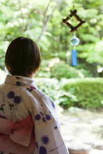 風鈴を見る浴衣の女性の写真素材 [FYI04582943]