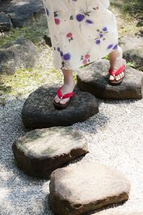 飛石を歩く浴衣の女性の写真素材 [FYI04582944]