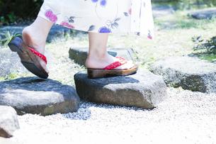飛石を歩く浴衣の女性の写真素材 [FYI04582966]