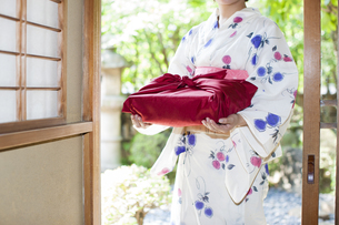 風呂敷包みを持つ浴衣の女性の写真素材 [FYI04583003]