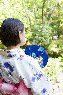 団扇を持った浴衣の女性の写真素材 [FYI04583040]