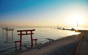 海中鳥居の朝日の写真素材 [FYI04583256]