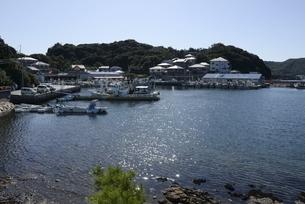 姫路,青空の坊勢島漁港に漁船が停泊の写真素材 [FYI04583291]