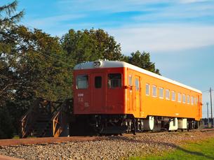 幸福駅(旧国鉄広尾線)の保存車両(キハ22形気動車とモーターカー)の写真素材 [FYI04583296]