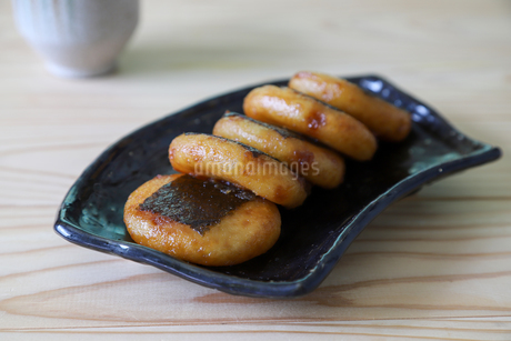 黒い皿に盛った揚げ餅の写真素材 [FYI04583509]