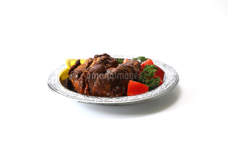 金属の皿に盛られた煮豚の写真素材 [FYI04583510]