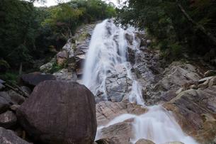 流れおちる蒼滝を下から見上げるの写真素材 [FYI04583525]