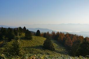 高原と山々を照らす朝日の写真素材 [FYI04583526]