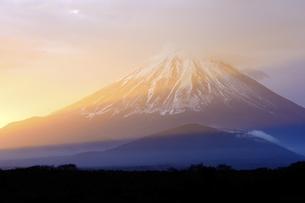 山梨県 朝陽に染まる富士山の写真素材 [FYI04583538]