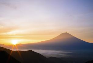 静岡県 日の出と富士山のシルエットの写真素材 [FYI04583545]