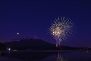 田貫湖まつり 冬の花火の写真素材 [FYI04583842]