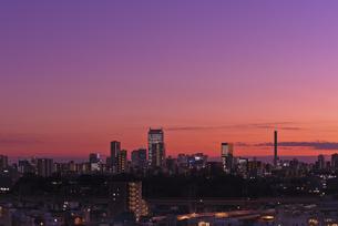 東京副都心 池袋サンシャイン60と新宿高層ビル群暮色の写真素材 [FYI04583849]