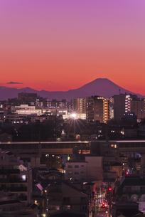 遠望東京から富士山暮色と新幹線光跡の写真素材 [FYI04583851]