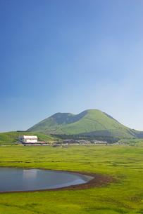 新緑の阿蘇草千里の写真素材 [FYI04583923]