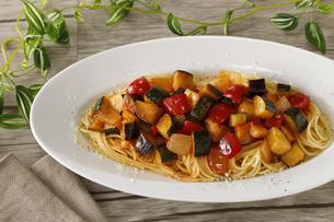 夏野菜のトマトパスタの写真素材 [FYI04583979]