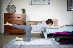 家でエクササイズをしている女性の写真素材 [FYI04584034]