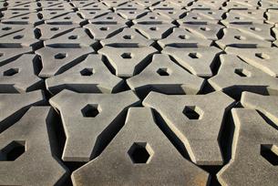 人工島海ほたるの海岸に敷き詰められたコンクリートの護岸ブロックの写真素材 [FYI04584039]