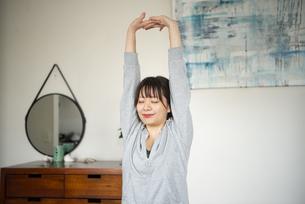 家でストレッチをしている女性の写真素材 [FYI04584042]