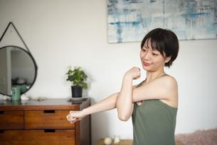 家でストレッチをしている女性の写真素材 [FYI04584043]