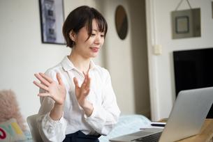 パソコンでweb会議をしている女性の写真素材 [FYI04584052]