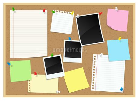コルクボードに貼られたメモ、付箋、ポラロイド写真のイラスト素材 [FYI04584053]