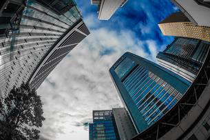 東京都港区・汐留のオフィスビル群と青空の写真素材 [FYI04584202]