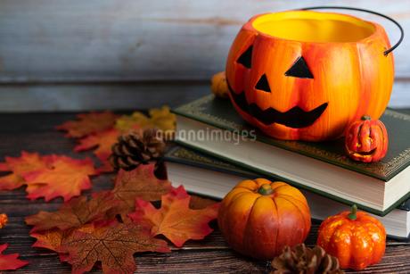 木製のテーブルに置かれたハロウィンの飾りの写真素材 [FYI04584327]