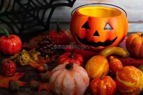 木製のテーブルに置かれたハロウィンの飾りの写真素材 [FYI04584332]