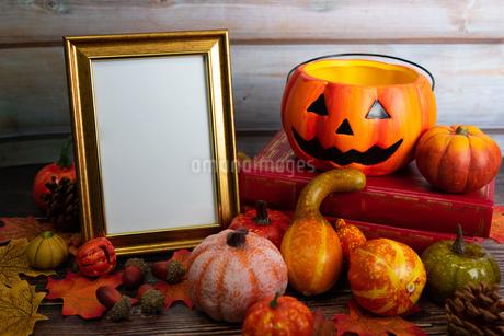 木製のテーブルに置かれたハロウィンの飾りの写真素材 [FYI04584333]