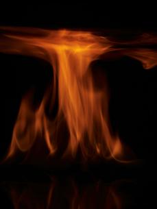 暗闇の中の炎の写真素材 [FYI04584367]