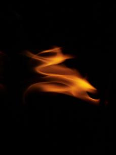 暗闇の中の炎の写真素材 [FYI04584369]