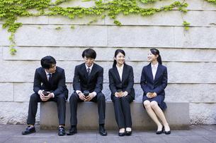 会話をする若者グループの写真素材 [FYI04584370]