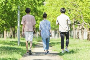 歩く若者グループの後ろ姿の写真素材 [FYI04584374]
