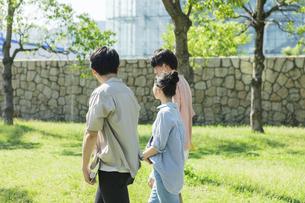 会話をしながら歩く若者グループの写真素材 [FYI04584381]