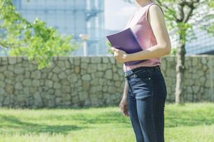 ノートを持って立つ大学生の写真素材 [FYI04584415]