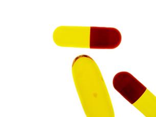 白い背景のカプセルの薬の写真素材 [FYI04584433]