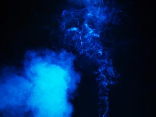 暗闇の中の煙の素材の写真素材 [FYI04584452]