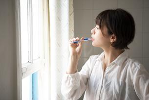 歯を磨いている女性の写真素材 [FYI04584460]