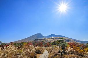秋のえびの高原 韓国岳と登山道 宮崎県えびの市の写真素材 [FYI04585000]