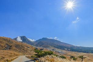 秋のえびの高原 韓国岳とえびのスカイライン 宮崎県えびの市の写真素材 [FYI04585006]