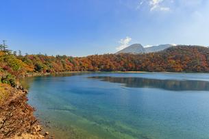 秋のえびの高原 六観音御池と韓国岳 宮崎県えびの市の写真素材 [FYI04585013]