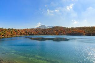 秋のえびの高原 六観音御池と韓国岳 宮崎県えびの市の写真素材 [FYI04585014]