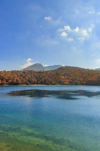 秋のえびの高原 六観音御池と韓国岳 宮崎県えびの市の写真素材 [FYI04585015]