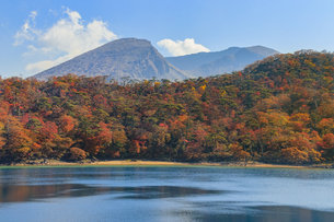 秋のえびの高原 六観音御池と韓国岳 宮崎県えびの市の写真素材 [FYI04585016]