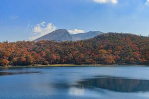 秋のえびの高原 六観音御池と韓国岳 宮崎県えびの市の写真素材 [FYI04585018]
