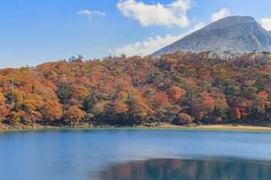 秋のえびの高原 六観音御池と韓国岳 宮崎県えびの市の写真素材 [FYI04585020]