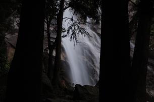 木々の間から見える三重県菰野町にある青滝の写真素材 [FYI04585111]